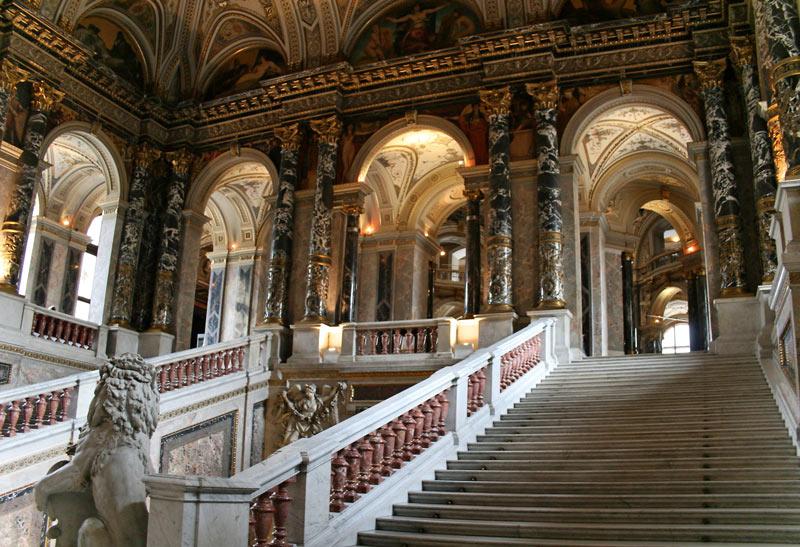 Escalera principal del Museo de Historia del Arte